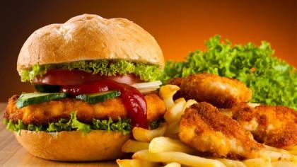 Ziua mondială Junk Food. Iată la ce riscuri te expui dacă mănânci la fast-food!