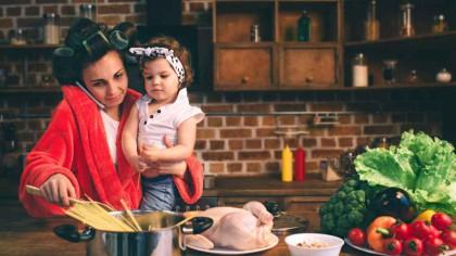 Să fii mamă e ca și cum ai avea aproape 3 joburi. Demostrația științifică