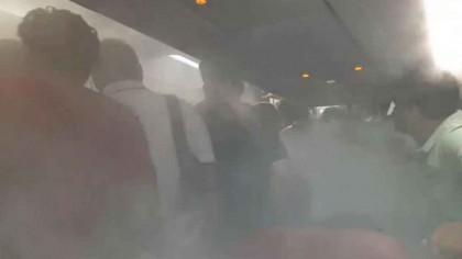 Imagini ULUITOARE! Pasageri forțați să coboare din avion într-un mod agresiv