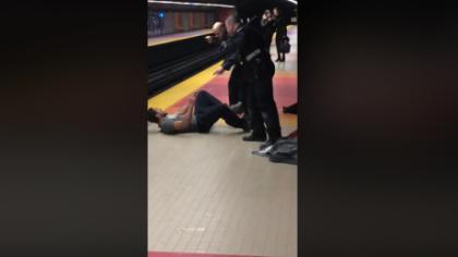 Incident grav la metrou, un bărbat fără bilet e bătut cu bestialitate de agenţi. Mai mult, un tren e aproape să îl lovească VIDEO