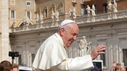 Cum arăta Papa Francisc în tinerețe? E adevărat că respiră doar cu un plămân?