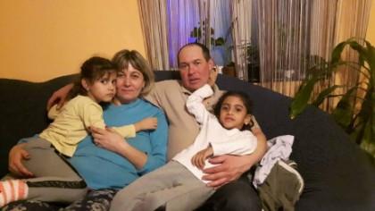 Ce spun soţii care au crescut-o pe Sorina, după ce fetiţa a fost dusă la viitoarea familie de adopţie