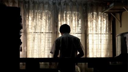 Eduard era divorțat și locuia singur într-o casă din Pașcani. Într-o zi, bărbatul a văzut-o pe copila de 10 ani și i-a dat 5 lei, după care a chemat-o la el acasă. După câteva minute, a tras perdelele și a dezbrăcat-o pe micuță
