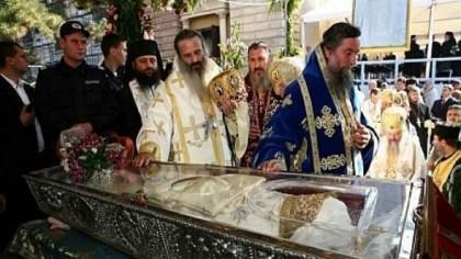 BLESTEMUL de sub veşmintele Sfintei Cuvioase Parascheva. Mii de oameni au confirmat
