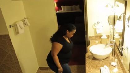 A văzut că soția sa avea un comportament neobișnuit în ultima vreme. A montat o cameră ascunsă în baie și a aflat un adevăr crunt – Video
