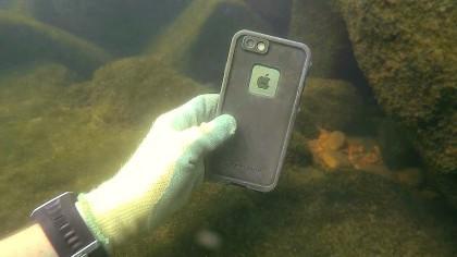 A găsit un telefon mobil într-un râu! Ce a descoperit când a pornit dispozitivul întrece orice imaginație