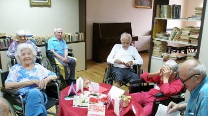 Vâlcea: Bătrânii dați afară din cămin de teama COVID-19, abandonați și de familii